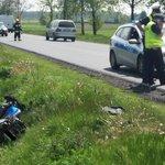 Wypadek na DK11 w Sobótce (pow. ostrowski). Motocyklista trafił do szpitala po zderzeniu z ciągnikiem.