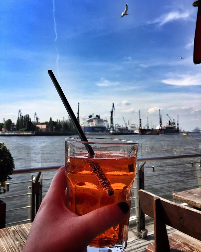 Cheers to afternoons sipping drinks in Hamburg! #cometohamburg #hamburg #visithamburg #igershamburg #europetrip  http:// ift.tt/2pWGLcz  &nbsp;  <br>http://pic.twitter.com/ofNl36R0wy