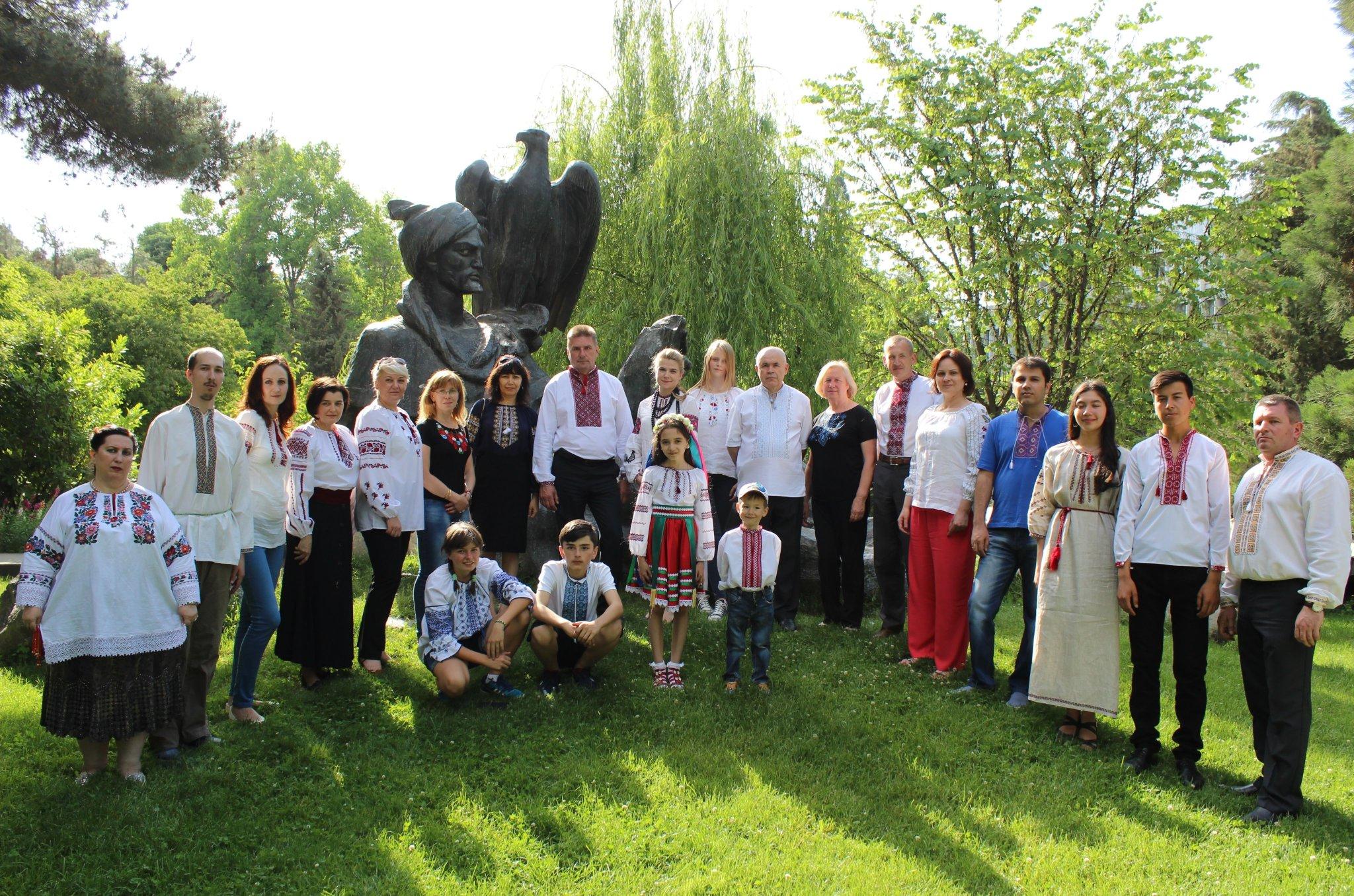 ... Віктор Нікітюк поділився на своїй сторінці в Twitter світлиною з  українською громадою в Душанбе. І в цьому куточку світу відзначили День  вишиванки! aba0b628aa323