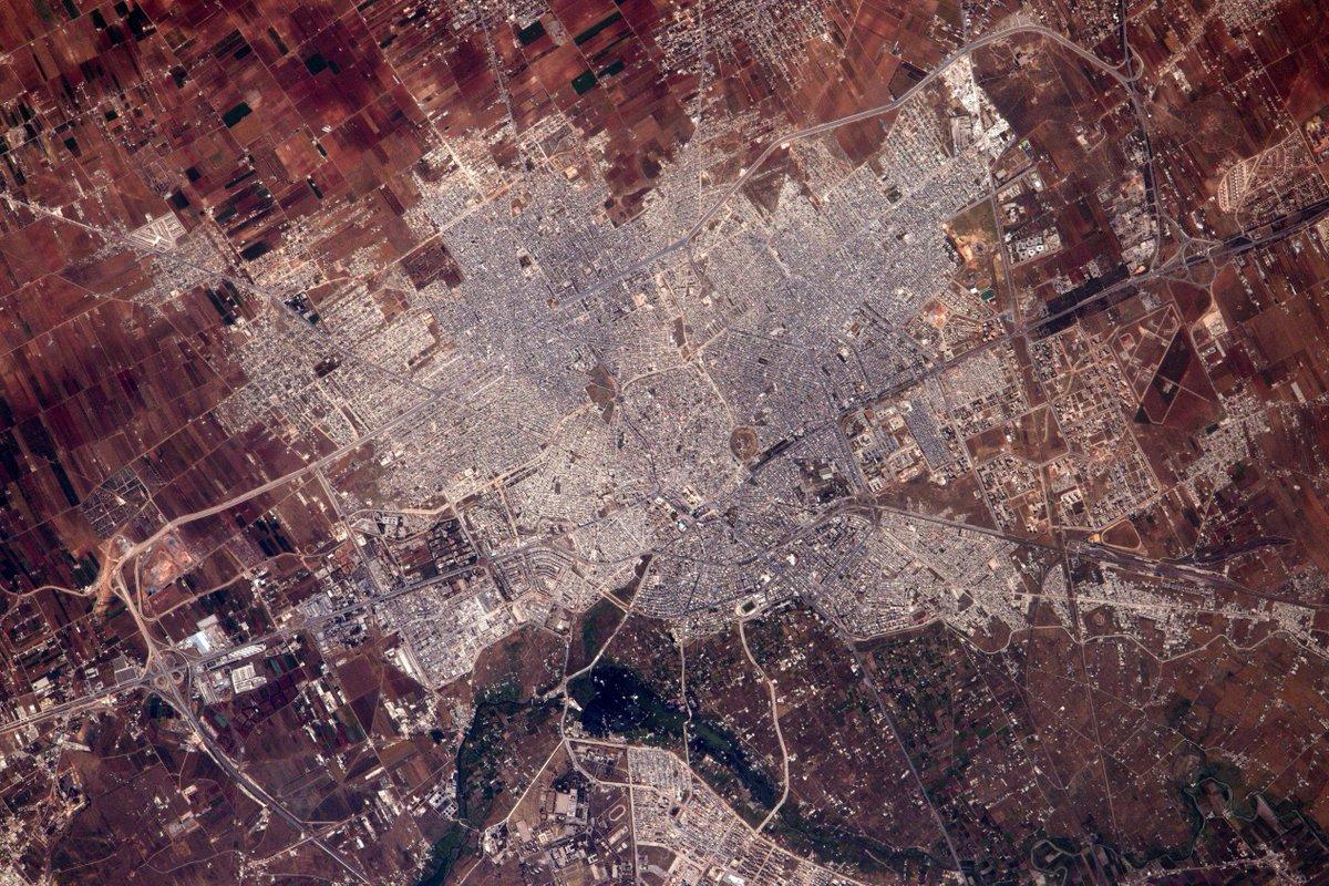 Homs foudroyée par la guerre en Syrie. Oui, la folie meurtrière des hommes se voit même de l'espace https://t.co/VcXRxN3OXf
