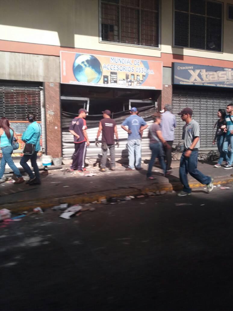 #18May 9:17am Locales saqueados en el Paseo Mirandino durante la madrugada en #LTQ - @dmurolo https://t.co/DTf3MjJS42