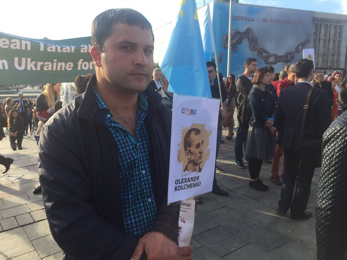 On the Maidan at a vigil in memory of victims of deportation of Crimean Tatars demand from Russia to release political prisoners