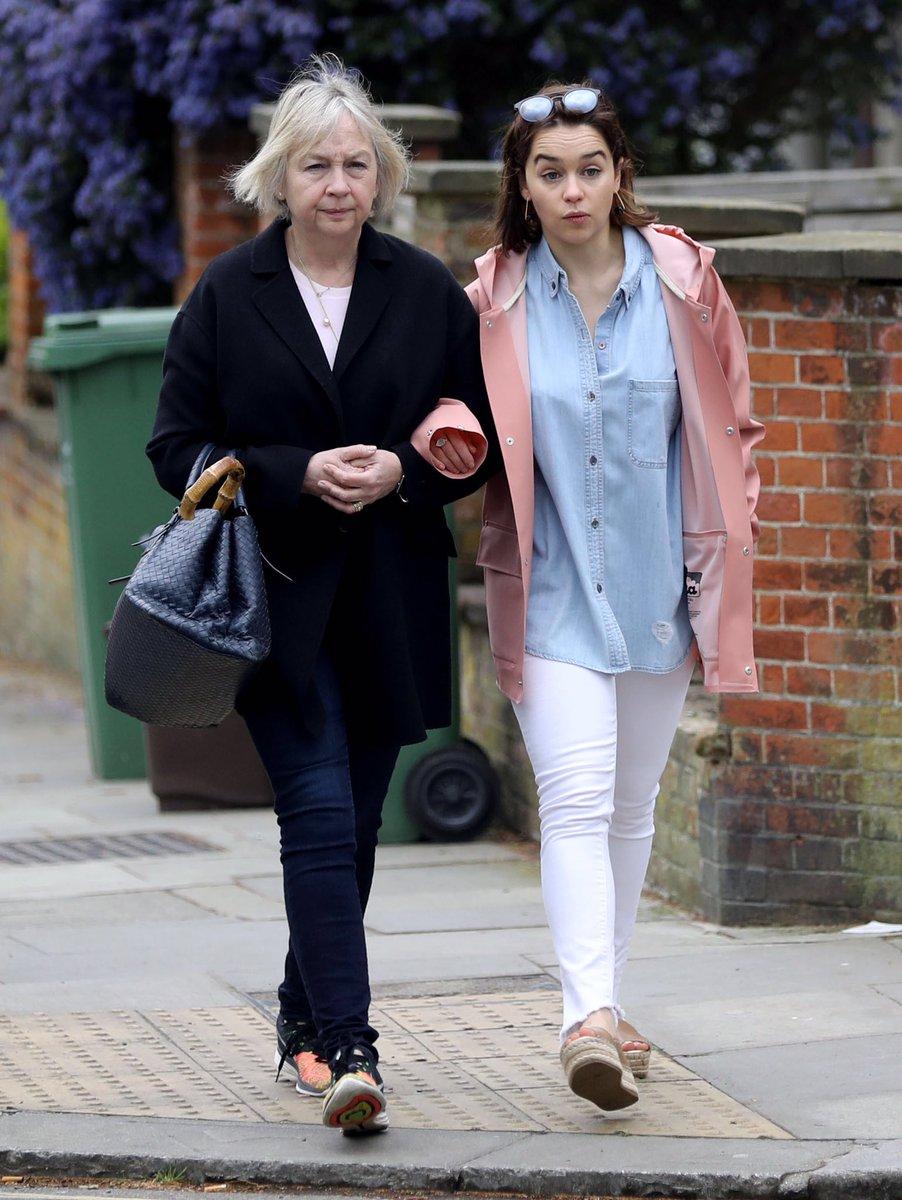 Following mum and not her daughter up an escalator - 1 2