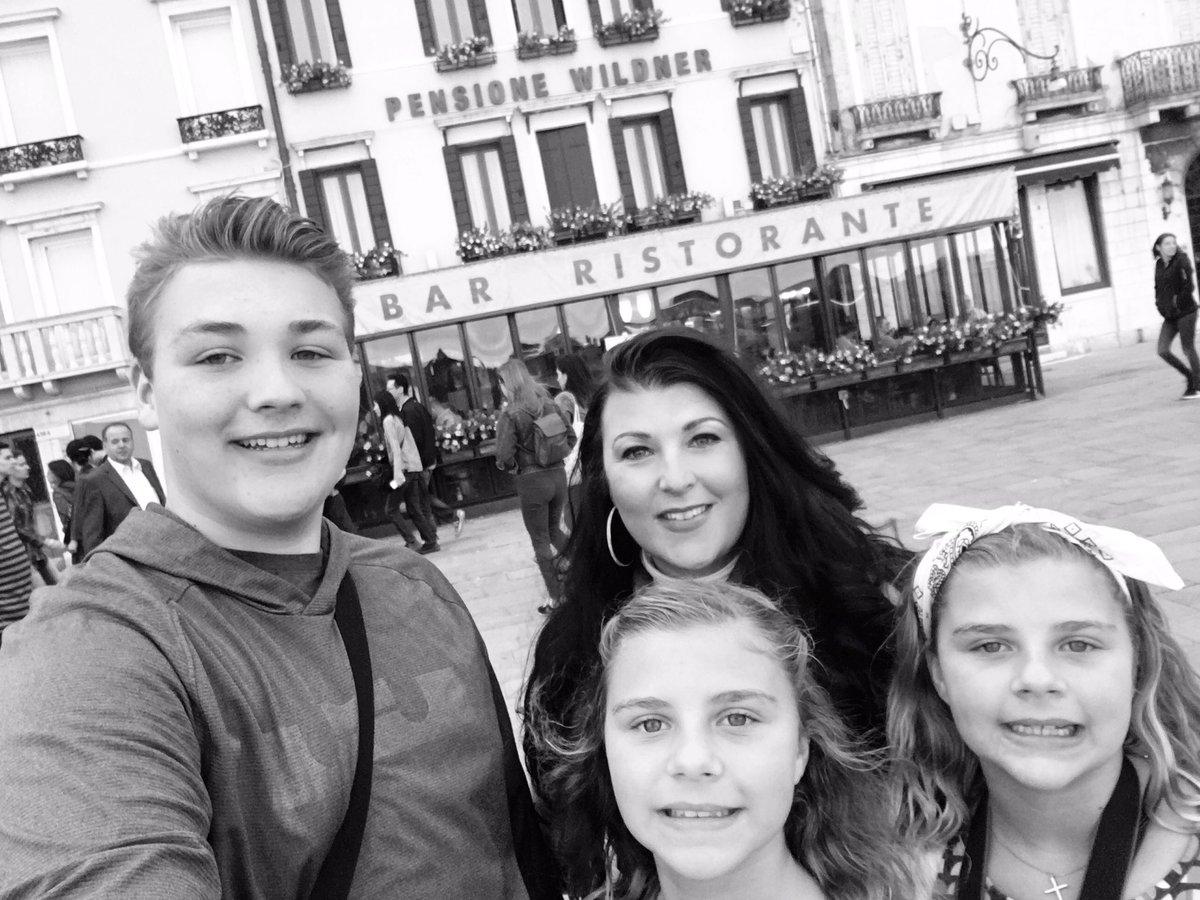 #tbt to exploring #Venice with my crew  #singlemomglobetrotter @smglobetrotter<br>http://pic.twitter.com/jrEVej7O75