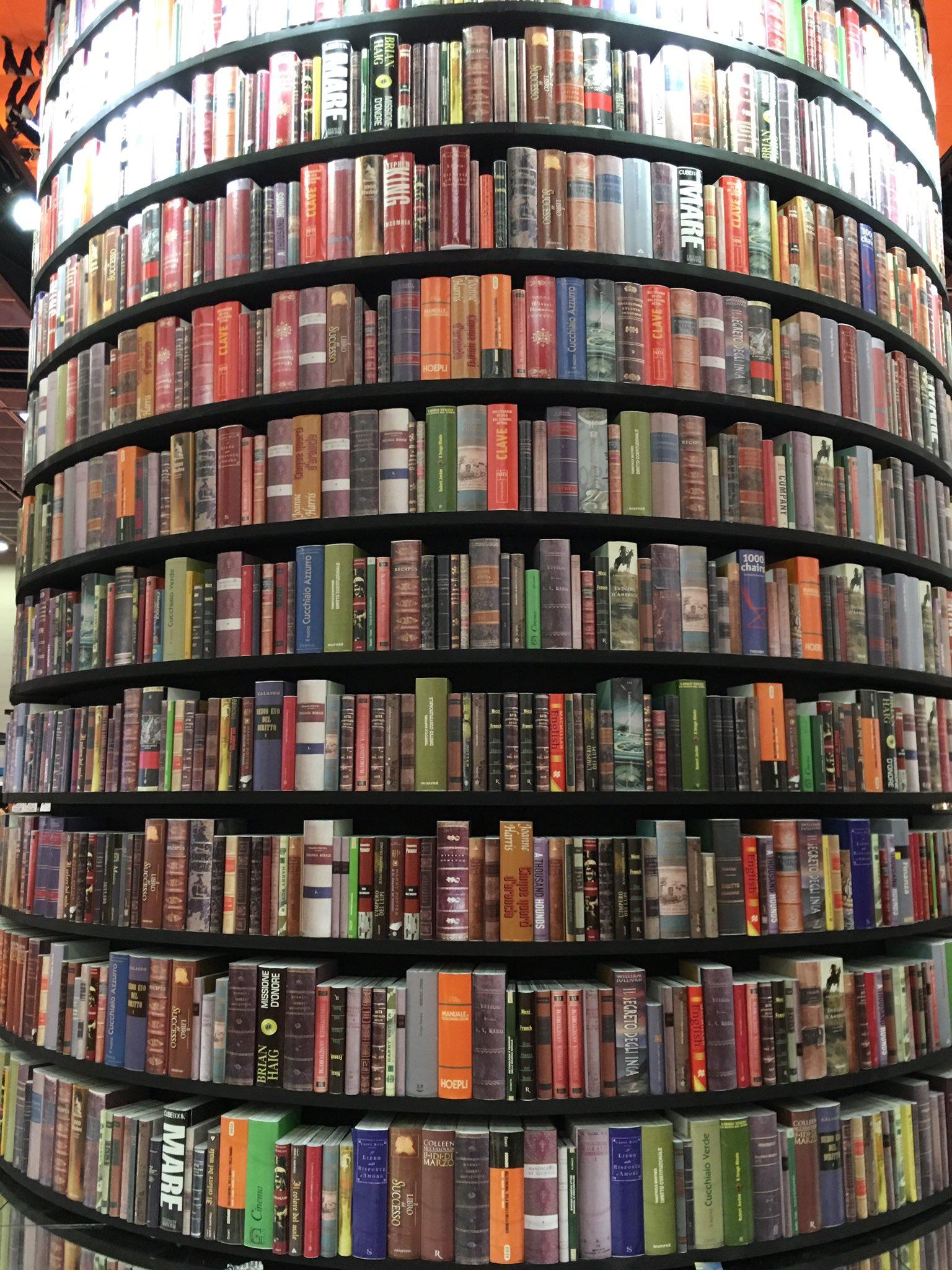 Mi piace l'albero di #libri al #SalTo17 by @lagangtorino e tante altre #librerie indipendenti di #Torino #Salto30 @SalonedelLibro https://t.co/6JZiFhUw8a