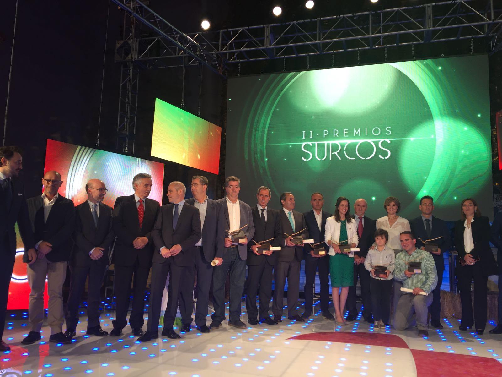 Concluye la gala de entrega de los #PremiosSurcos de @rtvcyl y Popular. Los galardonados, con la ministra de @mapamagob. ¡Enhorabuena! https://t.co/hQtLsugKik
