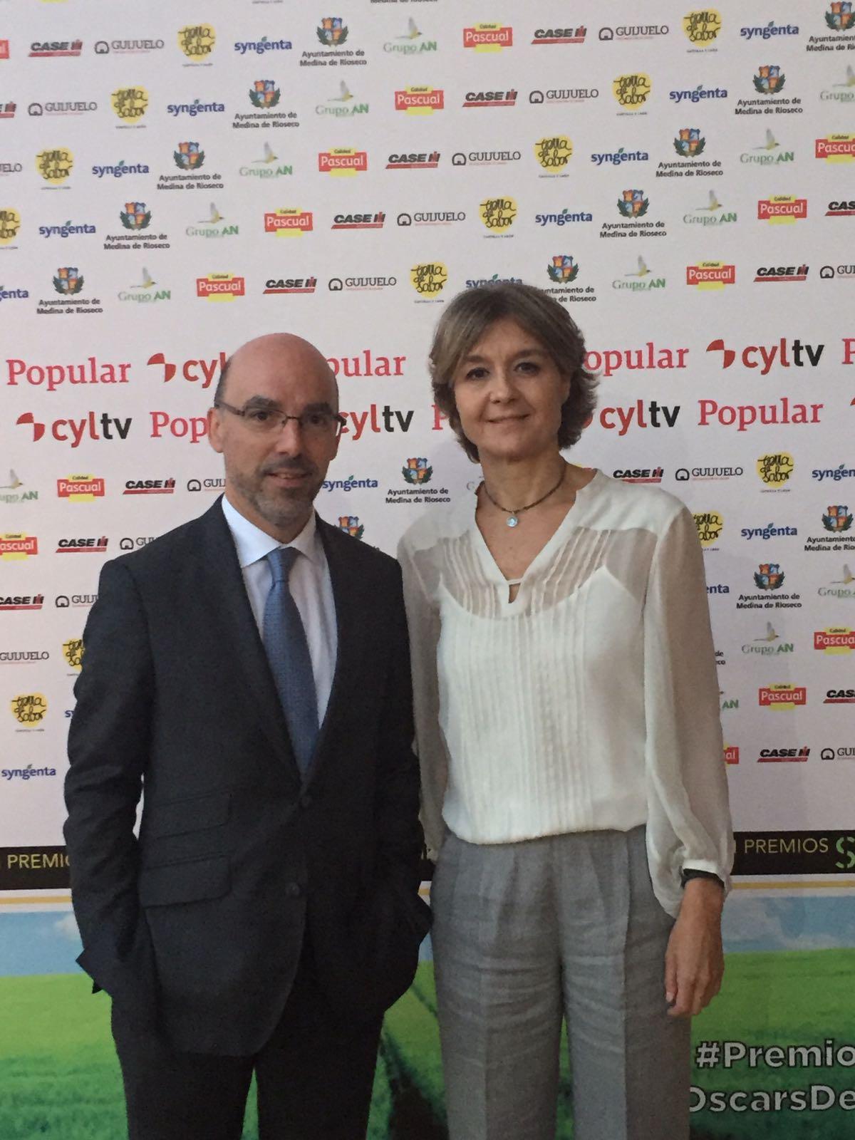 Isabel García Tejerina, ministra de @mapamagob con Miguel A. Franco, Dtor. Territorial Norte de Popular, tras la gala de los #PremiosSurcos https://t.co/xYjvycwsjl