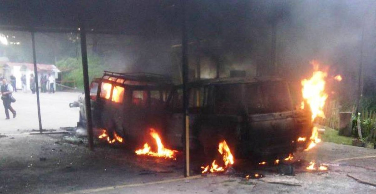 Vans were burned in front of headquarters of Inparques in la Colonia, Tovar