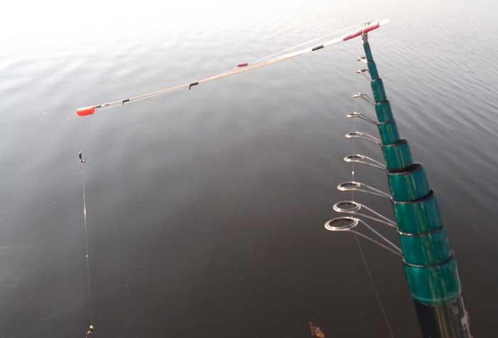 ловля на безмотылку летом с лодки