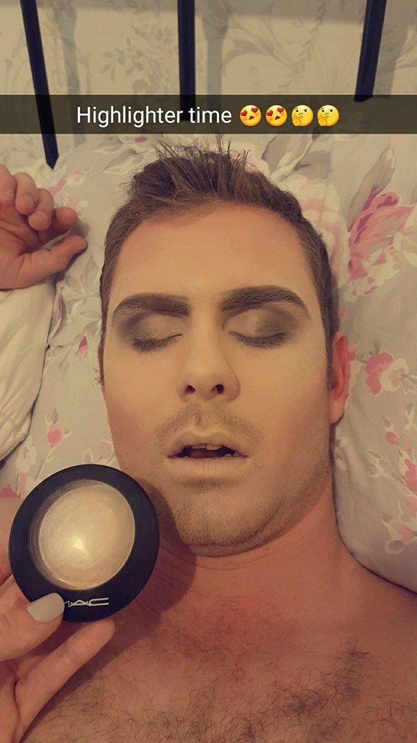 これはやばい。彼氏が寝坊してデートの約束を破ったので、罰として完璧にメイクした彼女。彼女の徹底ぶりもすごいけど、デートに遅れた上にぜんぜん目覚めない彼もハンパない。 https://t.co/Dex4Au4w43 https://t.co/p2SVDiswCD