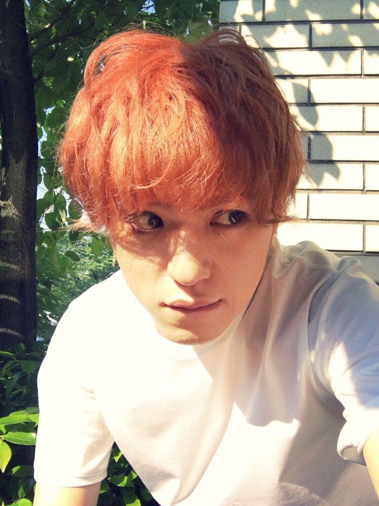 オレンジ色の髪の末吉秀太