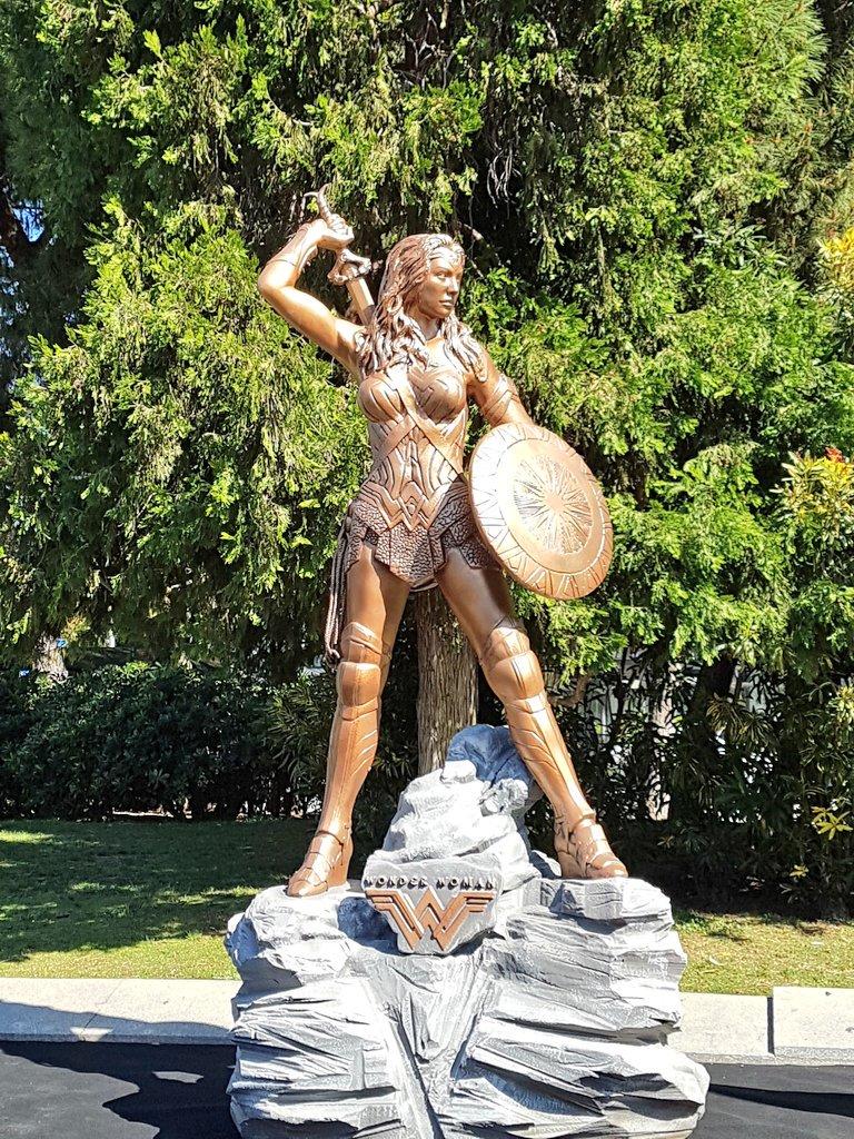 La estatua de #WonderWoman ya preside la Plaza de Colón de Madrid #DCWOMANART