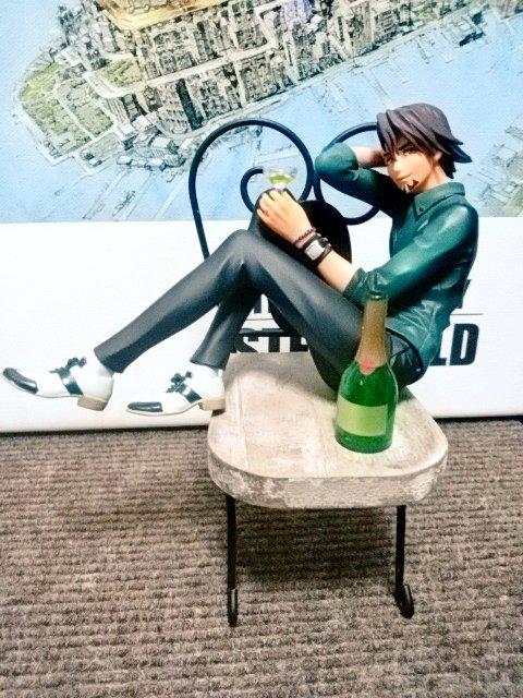 ダイソーの椅子型小物置きが手乗り虎徹さんに合いそうだと思い買ってみたけどモデルさんかな?!