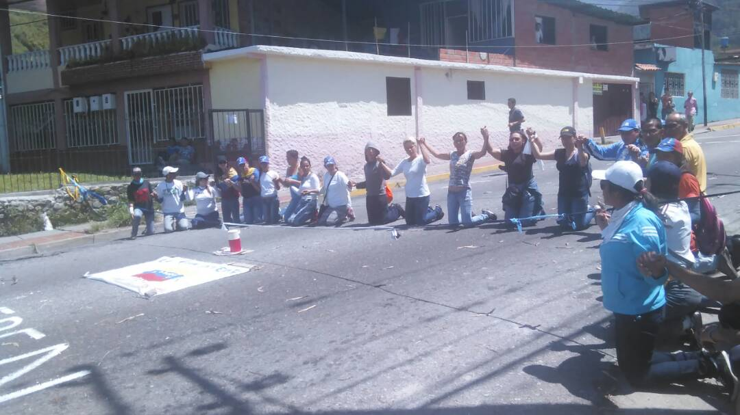 Citizens of Los Curos, Mérida on the knees during protest