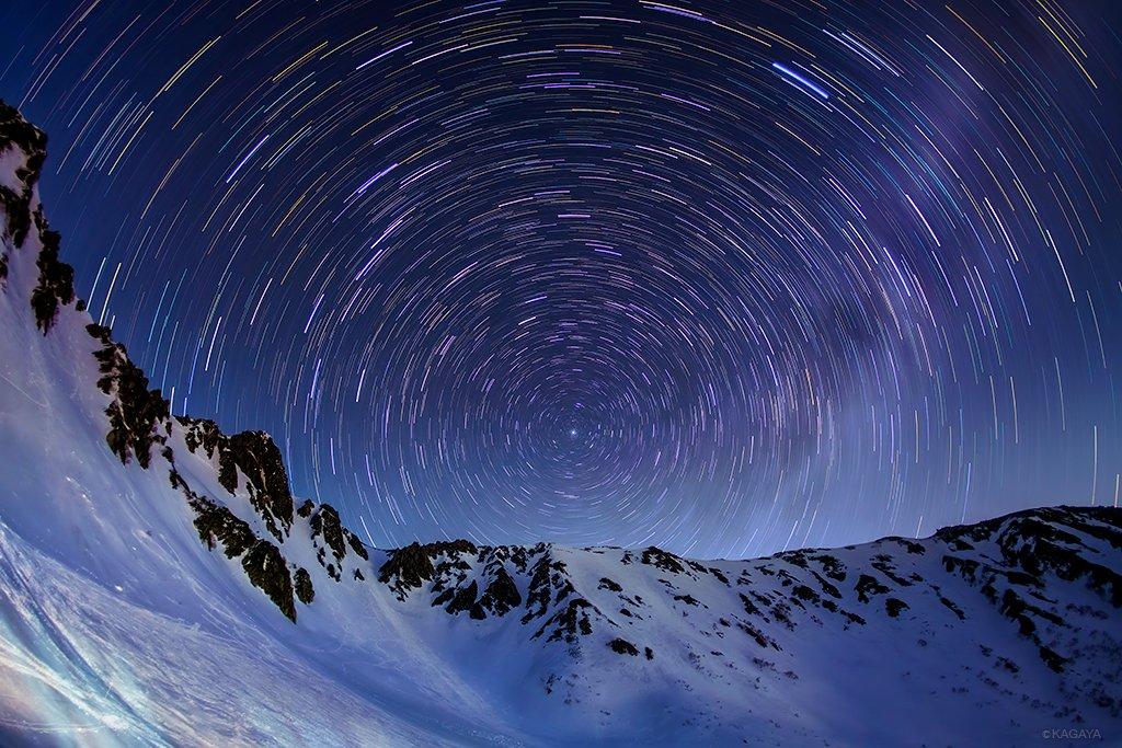 中央アルプスの山々とめぐる星の軌跡。 ぐるぐるの中心にある星が北極星です。(先月撮影) 今週もお疲れ…