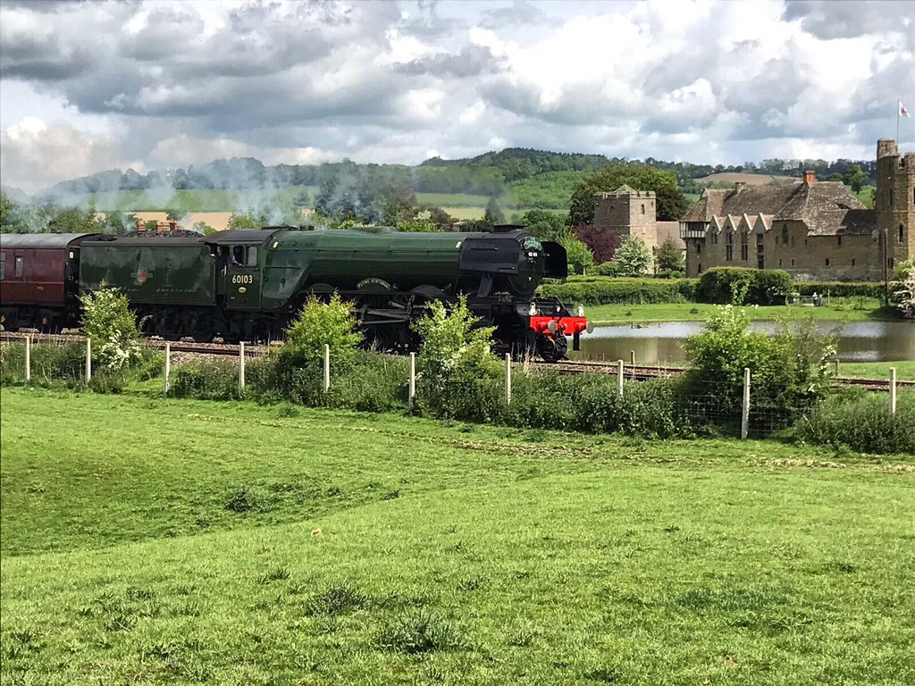 Flying Scotsman in front of Stokesay Castle today #FlyingScotsman #train #Shropshire https://t.co/h2OFPojD6h
