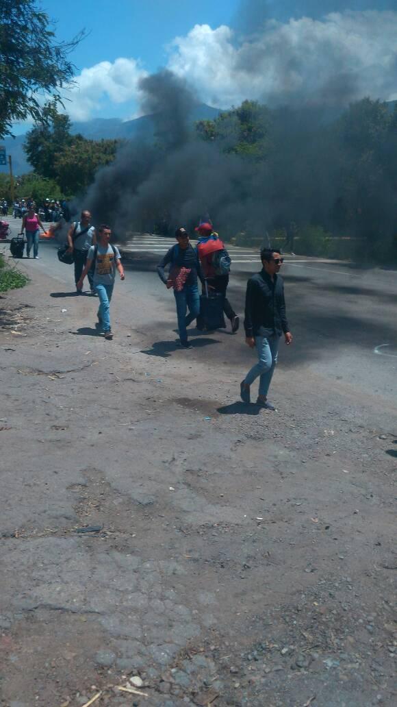 Tires on fire at entrance of San Juan of Lagunillas, Mérida