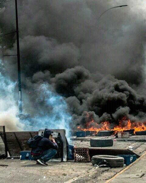 Tyres burning at Montaña Alta in Los Teques, Miranda