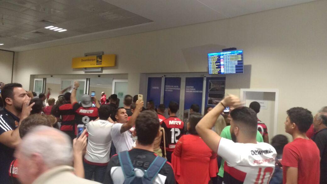 Muito apoio na chegada do time. Obrigado, Goiânia! Vamos pelos três pontos. #Mengo