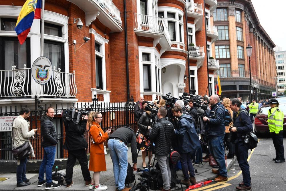 Live Video: #Julian #Assange Speaks After Sweden #Halts Rape Investigation  http:// bit.ly/2q5Cdji  &nbsp;  <br>http://pic.twitter.com/SVyvxdcDjB