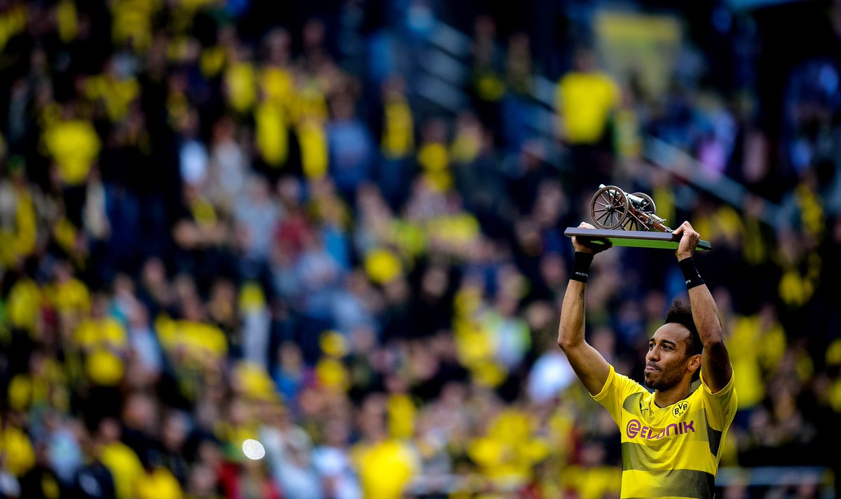 Pierre-Emerick Aubameyang lifts the trophy for being #Bundesliga top scorer.  31 goals.  <br>http://pic.twitter.com/g7dKbHqLrC