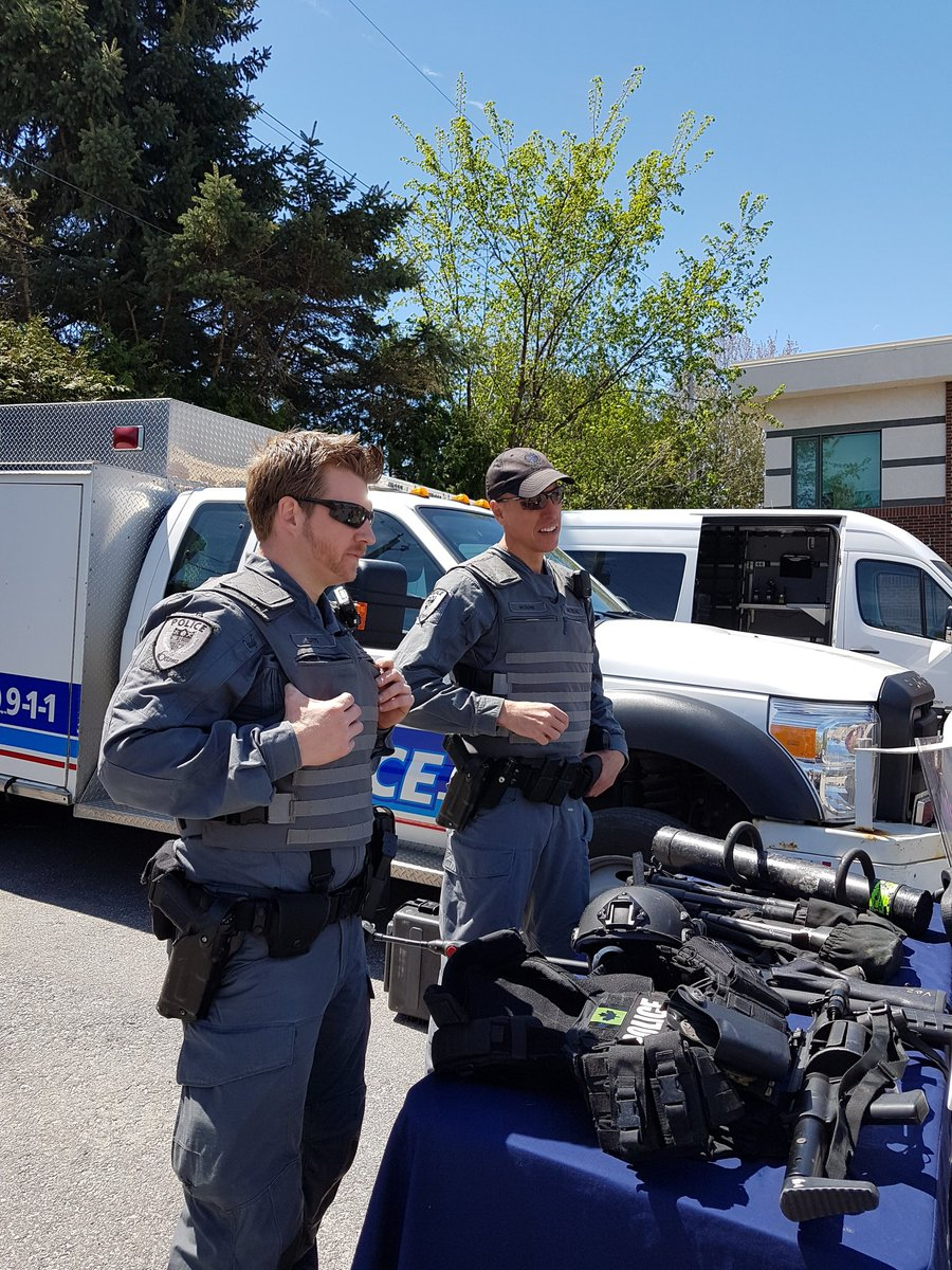 Our @OttawaPolice #Tactical members are explaining their #ToolsOfTheTrade to community members #PoliceWeekON 2331 Edwin Cres. <br>http://pic.twitter.com/9bCsfgBXJH