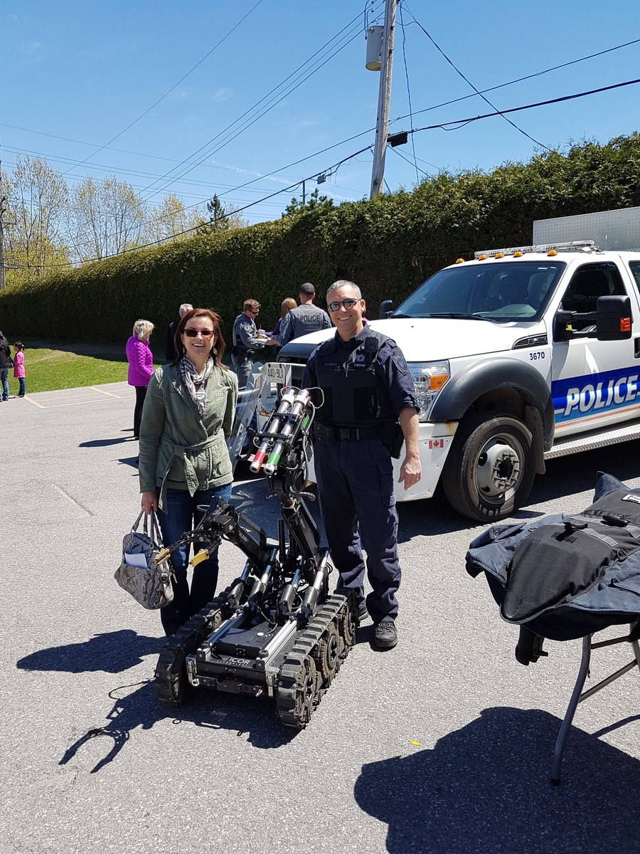 The principal of @IngMariOlovsson Our Lady of Victory School has dropped by to see @OttawaPolice  #PoliceWeekON at her school <br>http://pic.twitter.com/NSDqRP2WGi