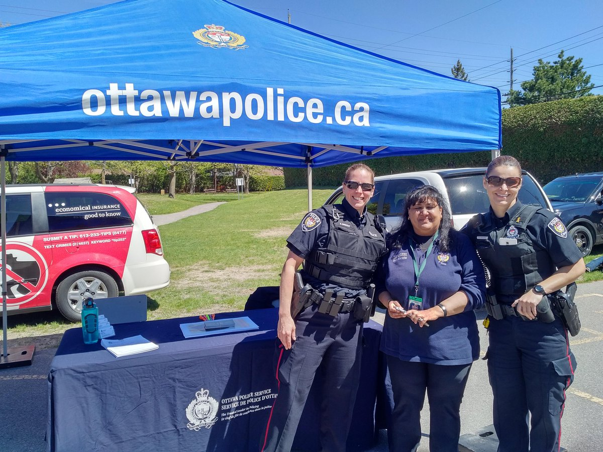 @CstSueWright and @OttawaPolice team #Recruiting during #PoliceWeekON #Community event.<br>http://pic.twitter.com/hLmksQVjyf