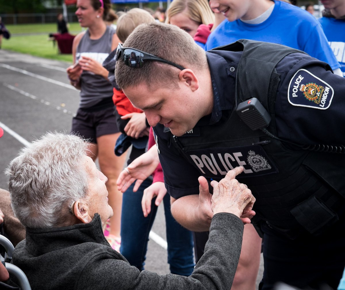 Amazing photo of one our officers thanking our WWII Veterans on the final day of @ONERUNWEEK #PoliceWeekON Thanks @JustinTiseo #ldnont<br>http://pic.twitter.com/JP8M2Dfy1q