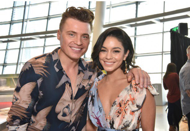 There&#39;s something #RemindingMe that @ShawnHook &amp; @VanessaHudgens sing AND look good together! #WWOBackstage #BBMAs <br>http://pic.twitter.com/TPtUvdWxX9