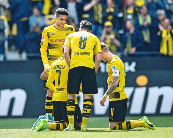 Pierre-Emerick #Aubameyang celebrated after scoring the goal with #Reus, #Dembele, #Sahin, #Bartra, #Sokratis &amp; Co. against Bremen <br>http://pic.twitter.com/gbCYXz2wsg