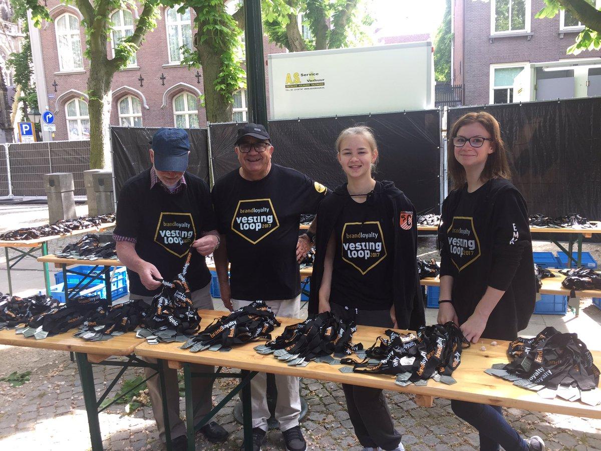 Vrijwilligers in de weer met de medailles #vestingloop @VestingloopDB @shertogenbosch https://t.co/4AkXkohGU4