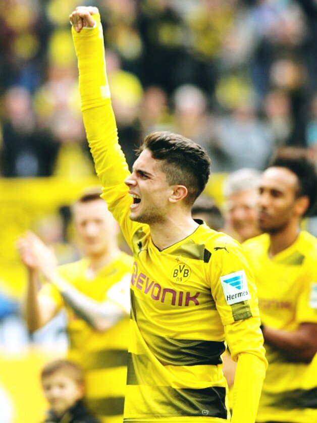 It was so touching  Marc #Bartra celebrated the win with his teammates after the end of the Bundesliga match v Bremen. #BVB<br>http://pic.twitter.com/s3YaJJHkRr