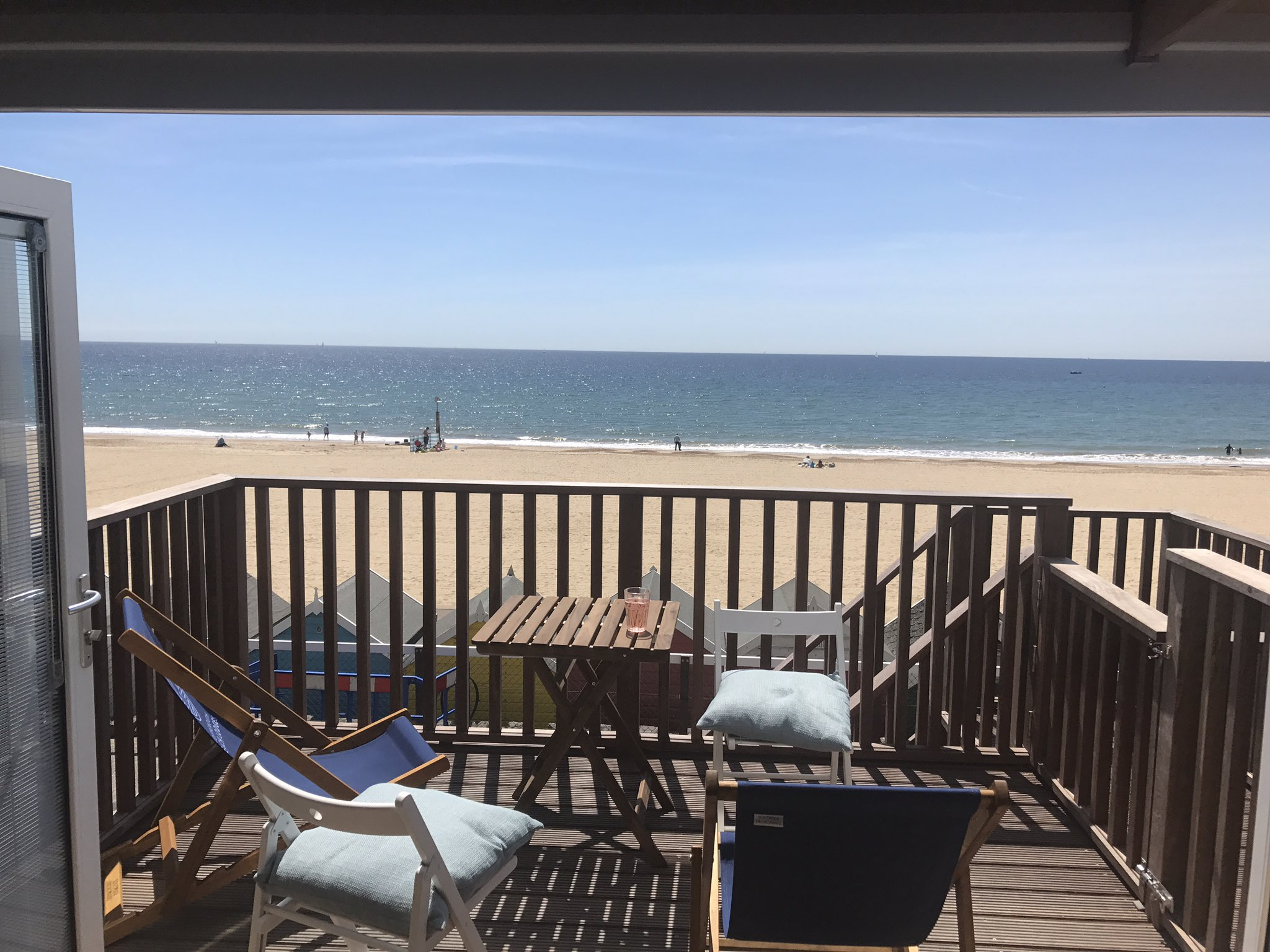 @bmthbeachlodges #roomwithaview #Bournemouth #bournemouthbeach @soberfishie #sea #beach #sun #summer #perfection https://t.co/VUZrdpHTCw