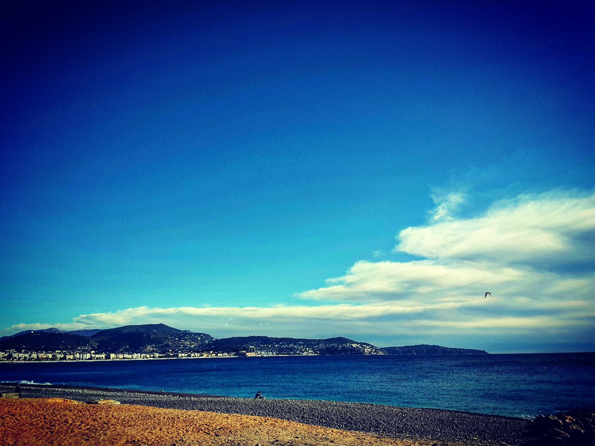 #dimanche sur la #plage #promenadedesanglais #Nice06 #weekend #vacances #bonheur #sol # Sunday on the #beach #frenchcoast #frenchriviera  <br>http://pic.twitter.com/N60EwhGX7A