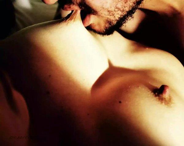 Парень целует грудь девушки фото