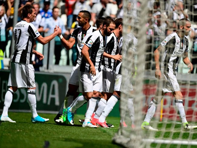 #Juventus have beaten Crotone 3-0 to clinch their sixth consecutive Serie A title in a row. #Juve #Scudetto #SerieA <br>http://pic.twitter.com/AkEW0vxqXP