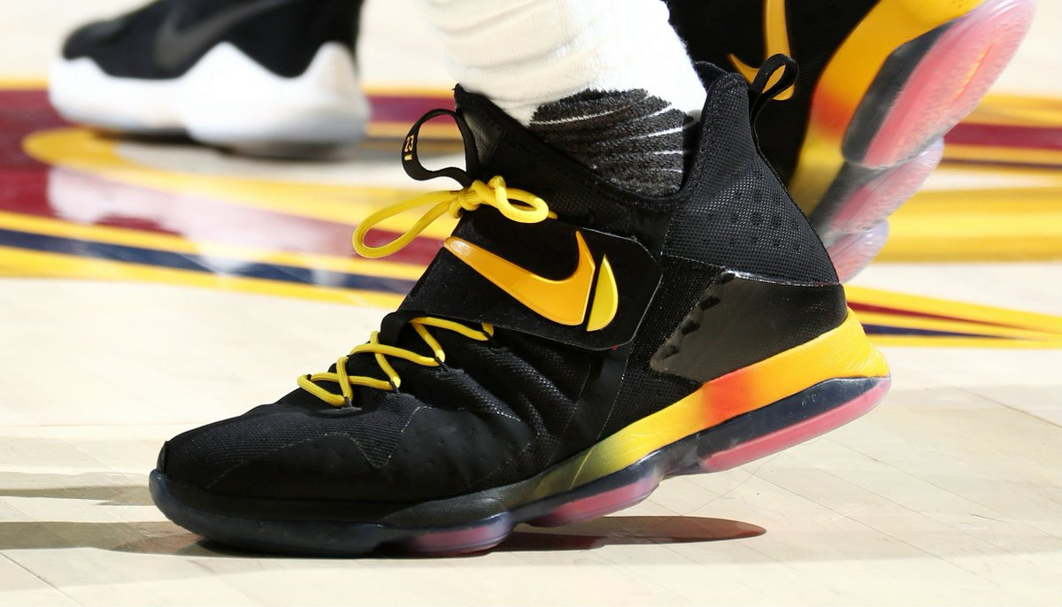 49fd0bdc686  solewatch   kingjames wearing a