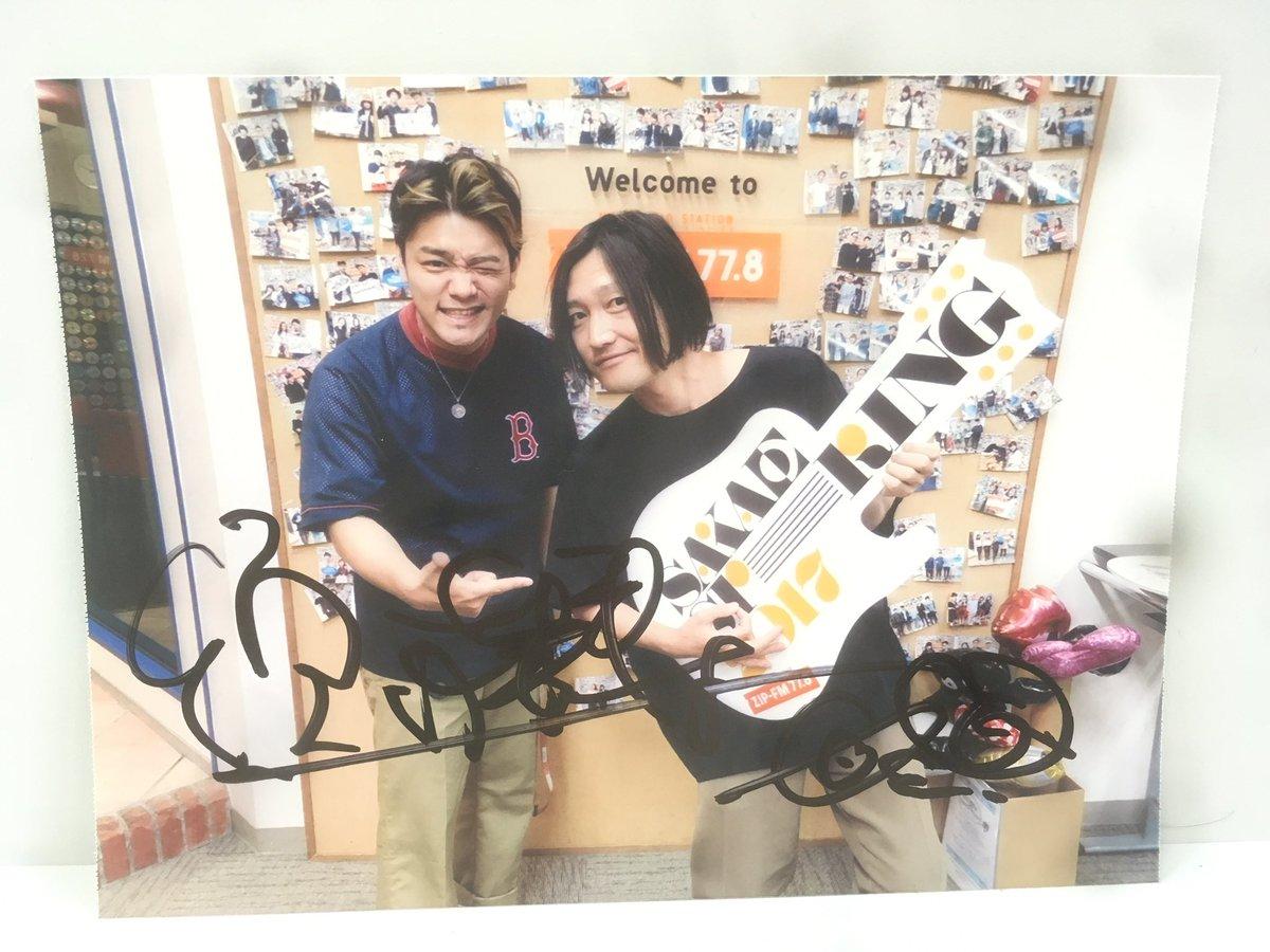 本日のゲスト【髭】(@HiGE_official)の須藤さんのサイン入り生写真を1名様にプレゼント!✨ 受付は番組終了まで〜!😎  #ZIPGD #GDリクエスト