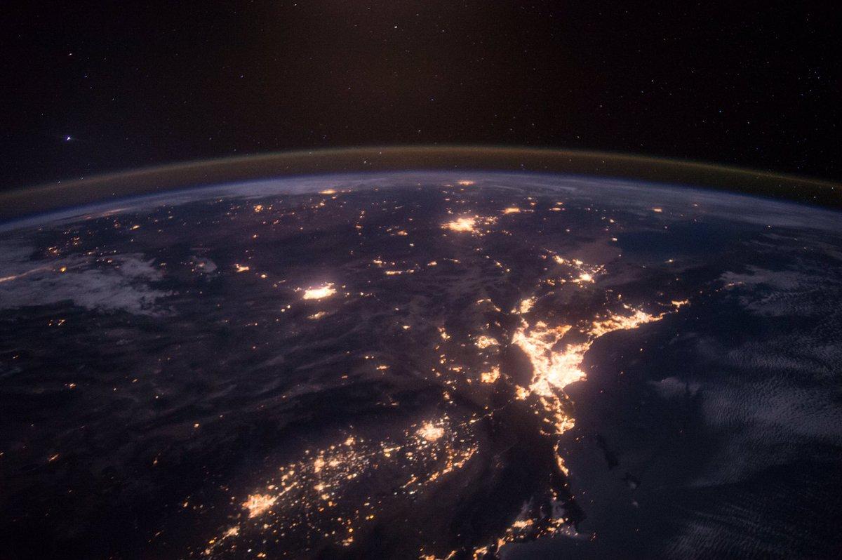 今日は、アメリカ西海岸の夜景を紹介します。北側から撮影しているので、位置関係が分かりづらいかもしれませんが、ロサンゼルスがとても明るいですね。ラスベガス、サンディエゴ、フェニックス等も写っています。