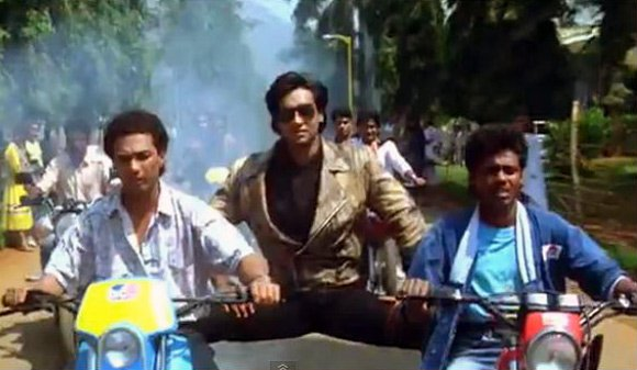 #Phoolaurkaante movie was #RohitShetty&#39;s debut in #bollywood as an assistant director at the age of 15! @Ikra4SRK @RohitShetty_FC<br>http://pic.twitter.com/f6V22xEcIe
