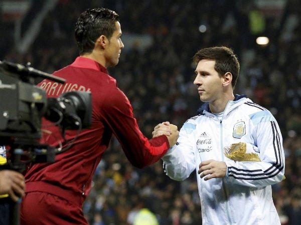 #Ronaldo picks #CristianoRonaldo over #LionelMessi to win best player award  http://www. oneindia.com/sports/footbal l/ronaldo-picks-cristiano-over-lionel-messi-win-best-player-award-2448114.html &nbsp; … <br>http://pic.twitter.com/DGT3xL9qQ1