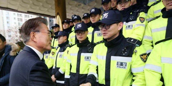 경찰이 2023년까지 의무경찰을 완전히 폐지한다. 신규 경찰관 채용은 늘린다. https://t.co/8X2knYmsMk