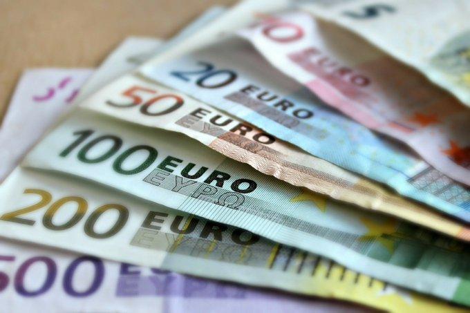 Revue de 🗞️ : grâce à l'€, 'plus besoin de tenir des comptabilités en plusieurs devises ; c'est un avantage énorme' https://t.co/clU2cTUWB7