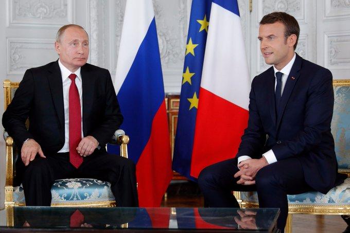 Macron a descendu les marches de #Versailles pour venir à la rencontre du président russe contrairement au protocole https://t.co/EKZGpzBN7r