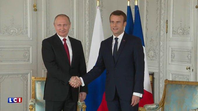 La première poignée de main entre #EmmanuelMacron et #VladimirPoutine.