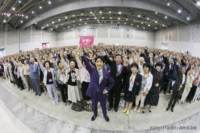 [映画ニュース] 「花戦さ」野村萬斎、いけばなの達人4000人たちと「エイエイオー」