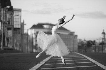 """""""I don't want people who want to #dance, I want people who have to dance. """"  ― George #Balanchine #ballet #dancing #amdancing #ArtistLifepic.twitter.com/yyh4XHJhON"""
