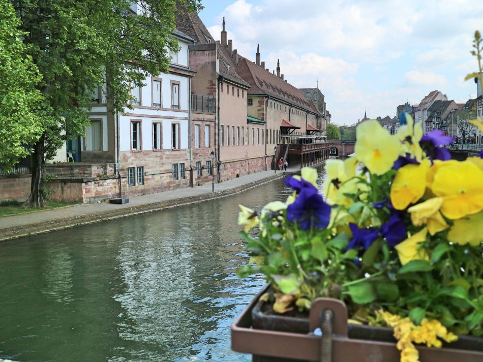 &quot; #Strasbourg is a lovely city with most places looks particularly beautiful &quot; by @eatsleeplovetrv  #visitstrasbourg  http:// bit.ly/2rujQq1  &nbsp;  <br>http://pic.twitter.com/rq5mhiAG3U