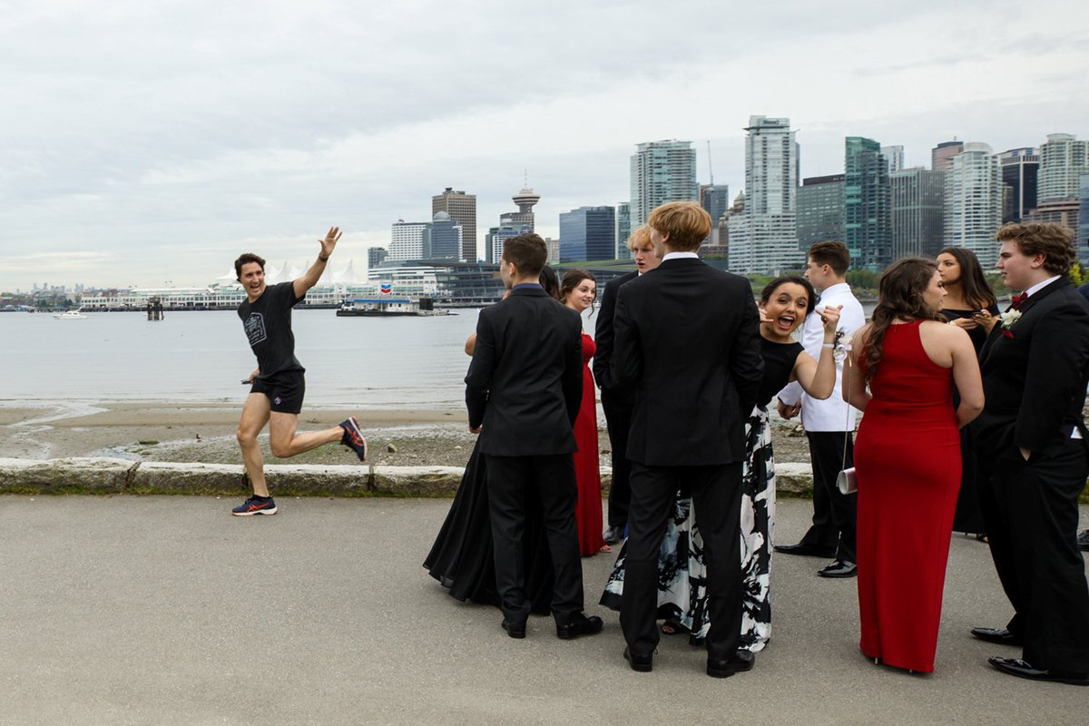 Justin Trudeau photobombed these high school students' prom picture during his jog in Vancouver.